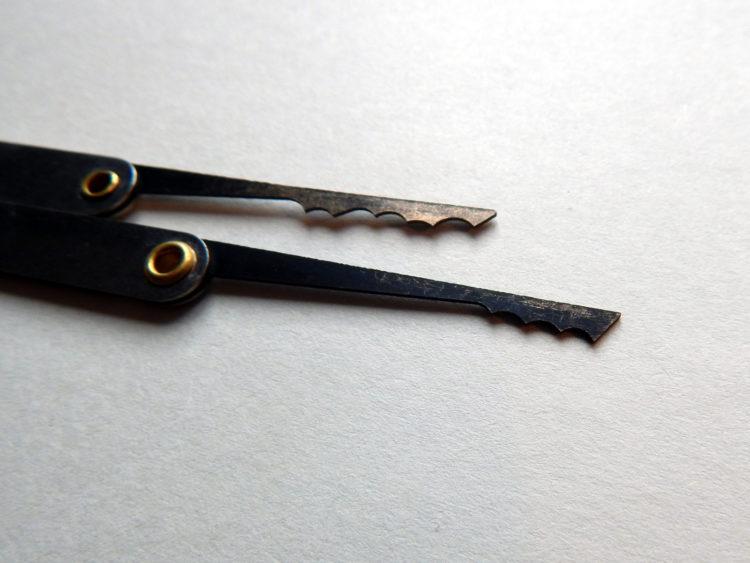 Mit diesem Werkzeug versucht man, durch ständige Bewegungen alle Pins zu erwischen und so das Schloss zu knacken. Bei einfachen Schlössern können die Rakes ein sehr effektives Werkzeug sein