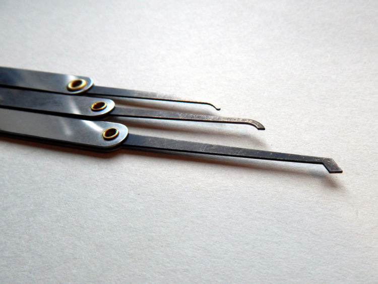 Das wohl am meisten verwendete Werkzeug beim Lockpicking: Die Hook. Mit diesem Tool kann man jeden einzelnen Pin gezielt ansteuern und nacheinander herunterdrücken